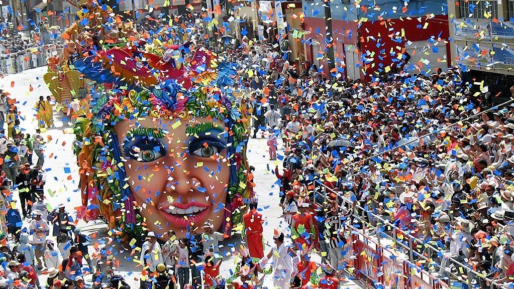Défilé de chars du carnaval de Santiago. ©Etienne Le Cocq
