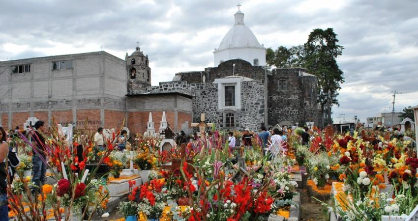Fleurs sur les tombes du cimetière de San Andres Mixquic pour la fête des morts au Mexique © Thelmadatter