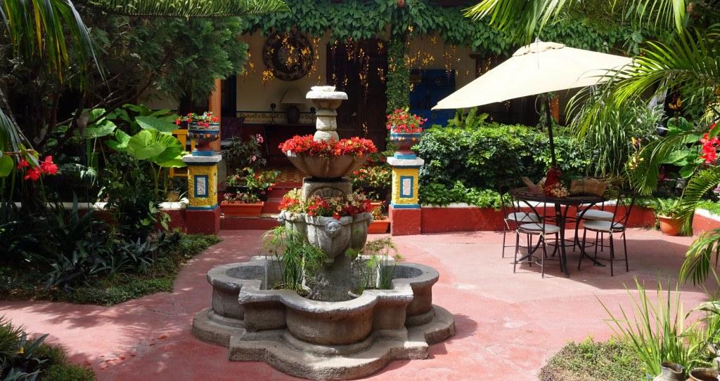 Antigua Guatemala : joli patio fleuri
