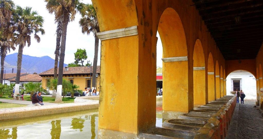 Antigua Guatemala : lavoirs sur la place Tanque La Unión