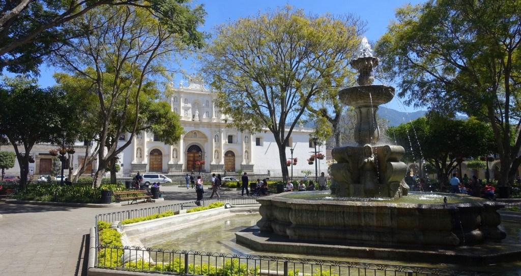 Antigua Guatemala : place centrale et cathédrale ©Mathilde Arnod