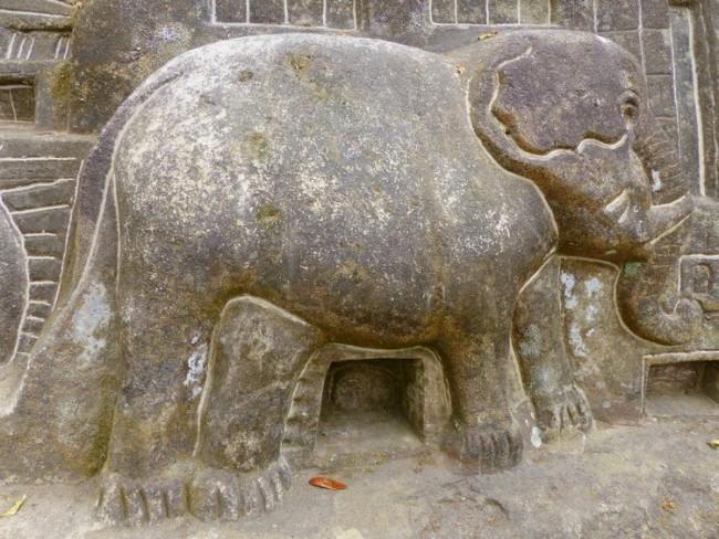 Eléphant sculpté en pierre