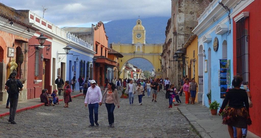 "Antigua Guatemala : la ""Quinta Avenida"" un dimanche ©Mathilde Arnod"
