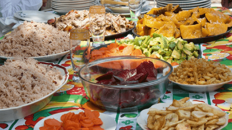 Une table cubaine avec le fameux moros y cristiano - Locations Vacances